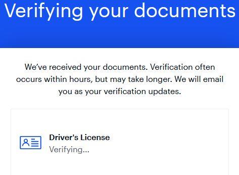 För att verifiera sin identitet behöver man ladda upp en kopia av sitt pass eller körkort till coinbase